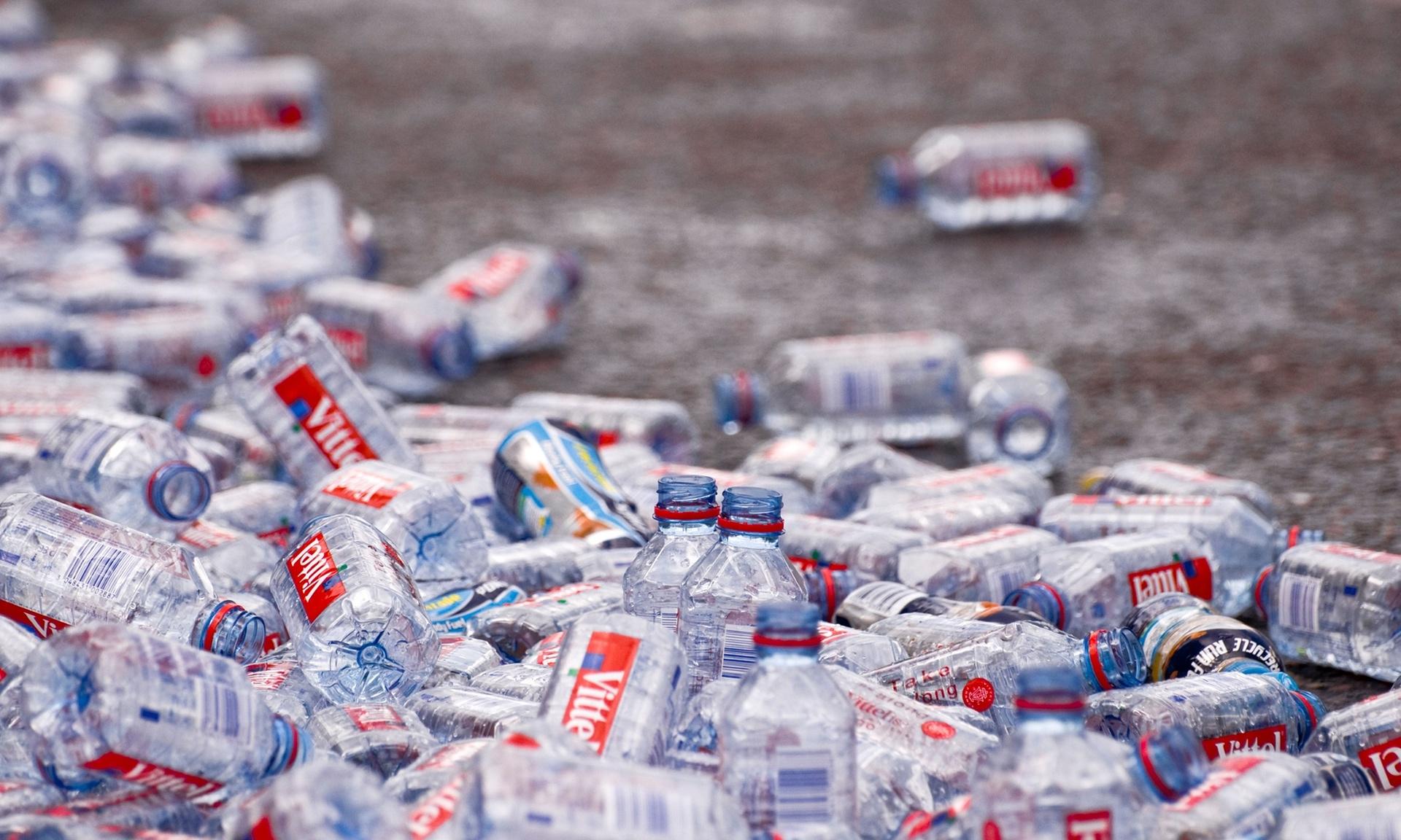 Botellas de plástico abandonadas en el suelo después de la maratón de Londres, fotos de Tracy Gunn / Alamy