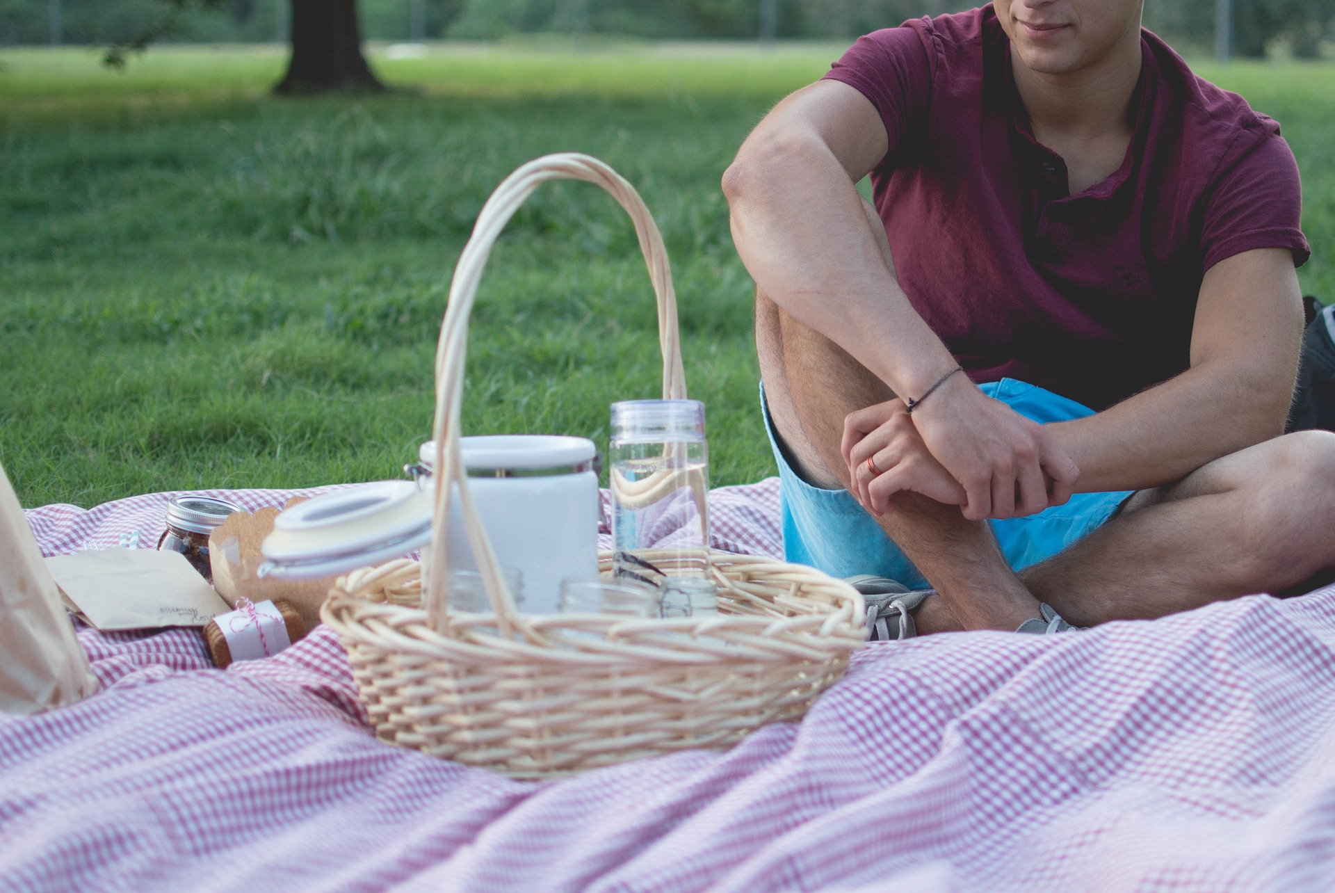 Picnic con recipientes reutilizables para reducir desperdicios en vacaciones