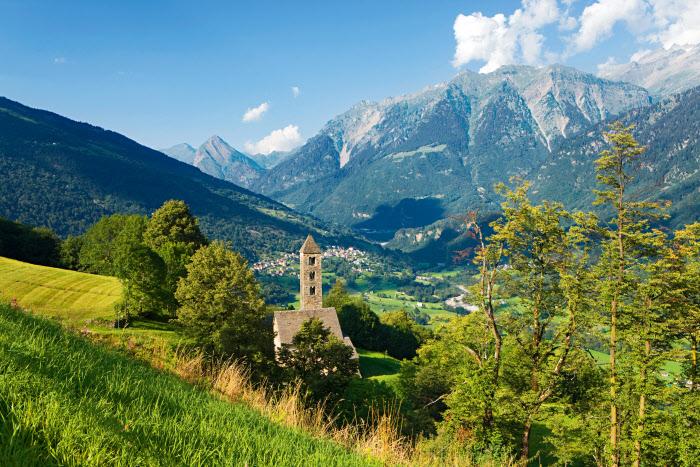 San Carlo di Negrentino visto desde el valle di Blenio, Canton Tesino, foto de Roland Gerth, vía swiss-image.ch