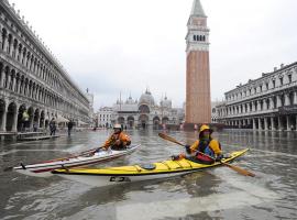 Canoas en la plaza de san Marco durante la alta marea
