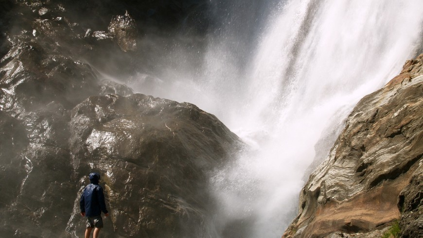 Caída de las aguas de la cascada de Parsine en Bolzano
