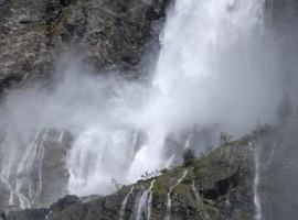 Caída de las aguas de las Cascadas del Serio en Bergamo