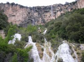Caída de las aguas de las cascadas de Lequarci en Ogliastra