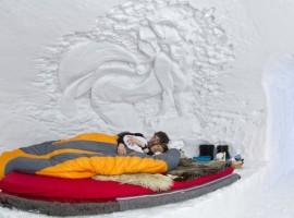 Dos turistas durmiendo al interior del Igloo Village Zermatt. Los 19 hoteles más extraños del mundo