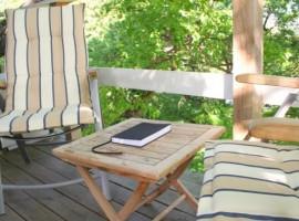 Mesa y dos sillas al aire libre sobre la casa roja suspendida en Västerås. Los 19 hoteles más extraños del mundo