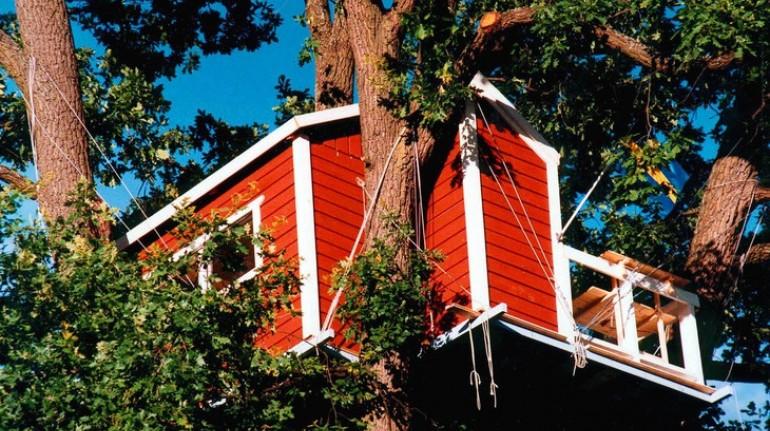Exterior de la casa roja suspendida en Västerås. Los 19 hoteles más extraños del mundo