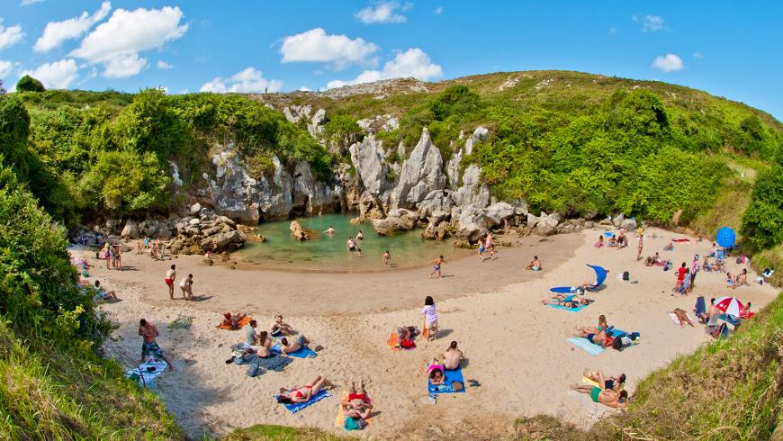 Playa de Gulpiyuri, Asturias,España. Un mar de ensueño: las 30 playas más bellas de España