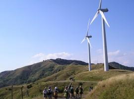 Vista de los molinos de viento en las montañas de Varese Ligure, Liguria
