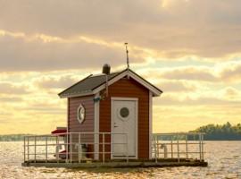 Típica casa sueca rosa sobre el lago Mälaren. Los 19 hoteles más extraños del mundo