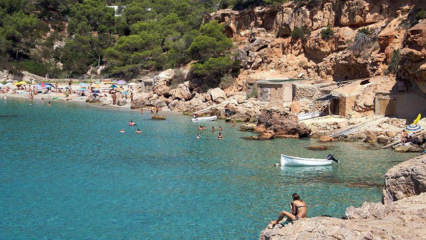 Cala Salada,Ibiza, España. Un mar de ensueño: las 30 playas más bellas de España