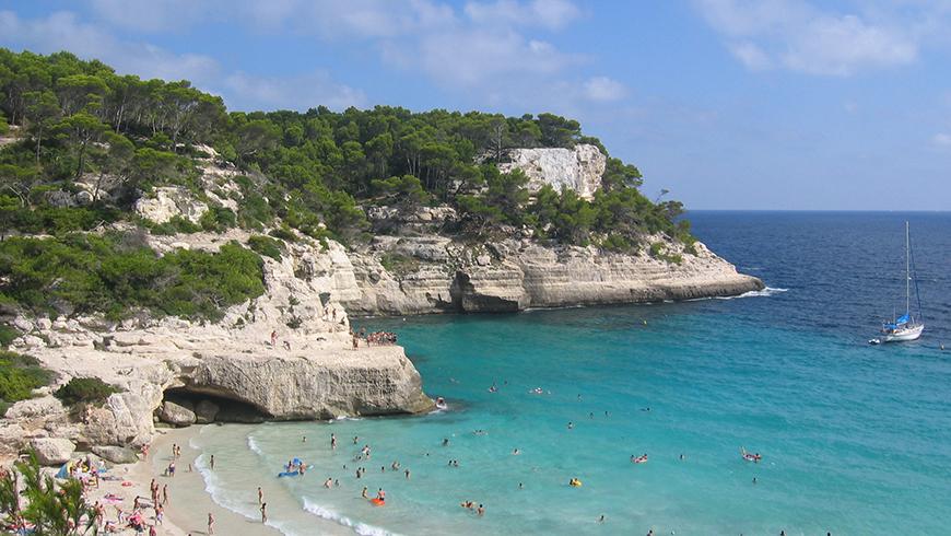 Cala Mitjana, Menorca, España. Un mar de ensueño: las 30 playas más bellas de España