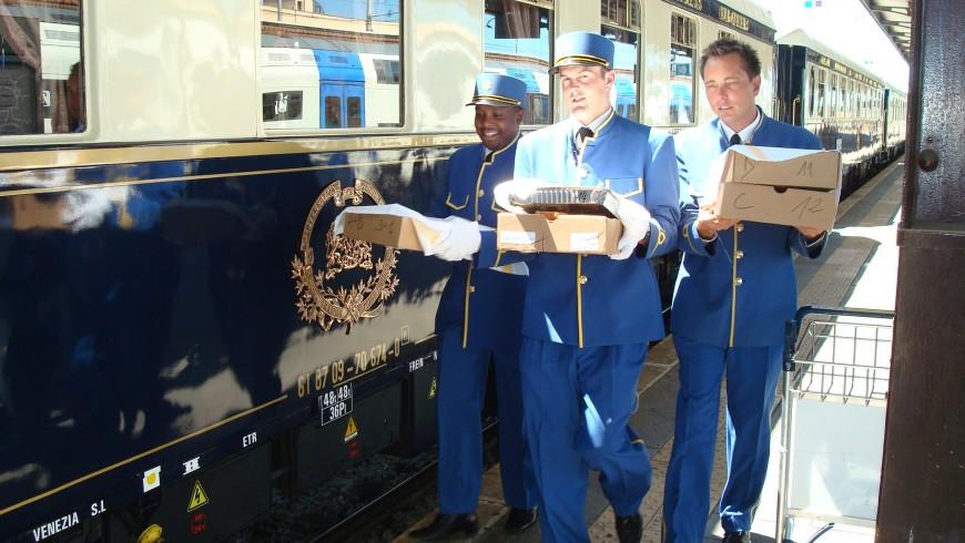 Personal de Orient Express caminando a la afueras del tren