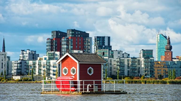Típica casa sueca rosa sobre el lago Mälaren