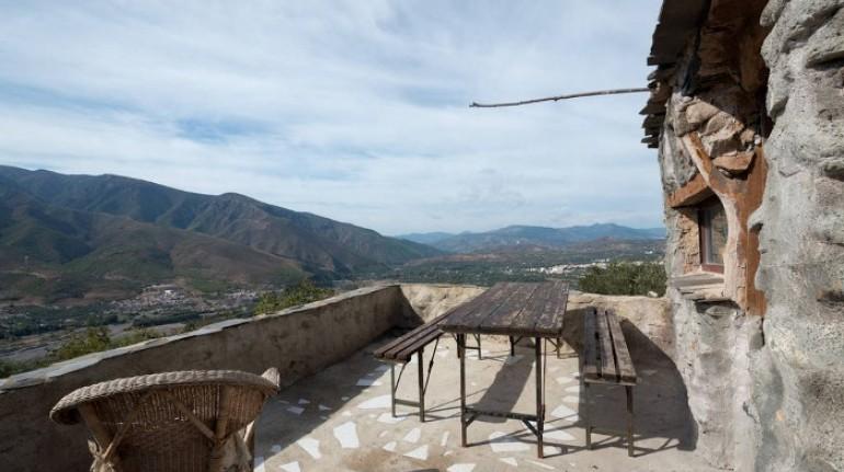La terraza y las montañas,Cortijo La Jimena, Granada, España.Los 10 insólitos alojamientos eco-friendly de España