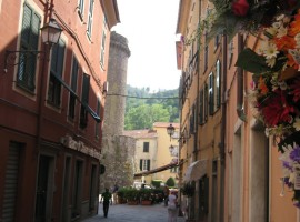 Pueblo de Varese Ligure, vista de sus edificios, Liguria