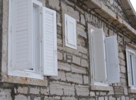 Fachada y ventanas del Faro Porer en el Mar Adriático. Los 19 hoteles más extraños del mundo.