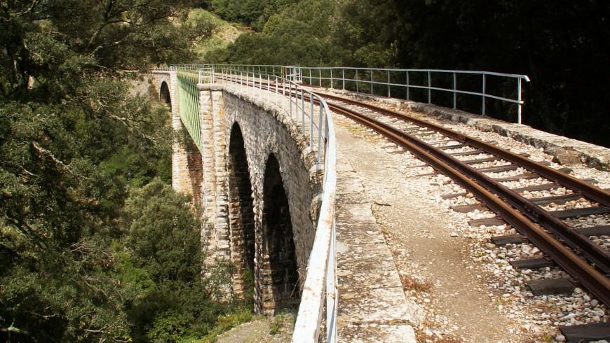 Paisaje del puente del trayecto del Tren Verde de Sardeña