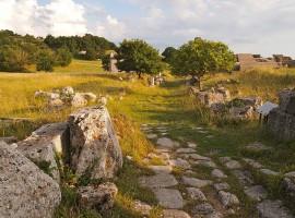 Paisaje verde y rocoso de Via Flaminia, durmiendo en uno de los pueblos antiguos de Italia