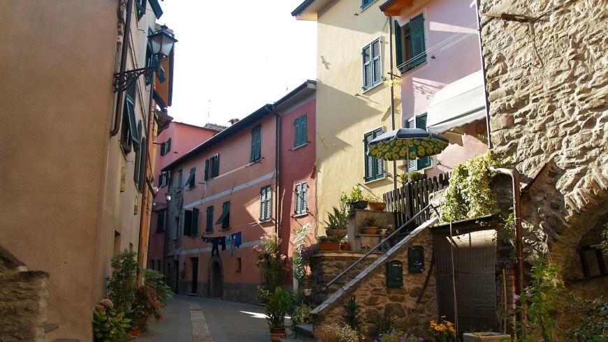 Vistas de las casas en el pueblo de Brugnato, Liguria