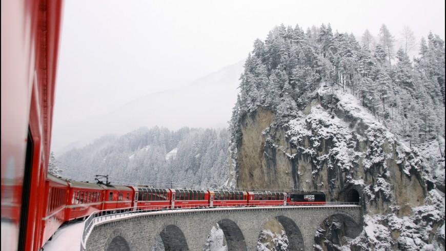 Recorrido del tren Glacier Express sobre un puente en invierno