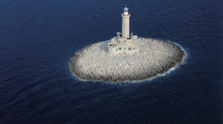 Faro Porer en el Mar Adriático. Los 19 hoteles más extraños del mundo.
