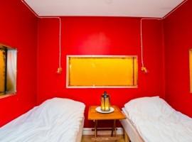 Habitación de la típica casa sueca rosa sobre el lago Mälaren. Los 19 hoteles más extraños del mundo