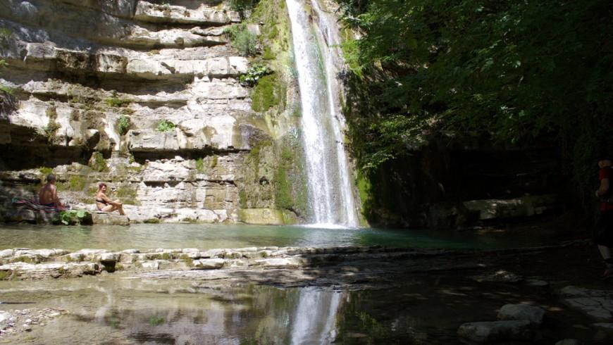 Caída de las aguas de las Cascadas de Acquacheta en Forlí Cesena, Italia