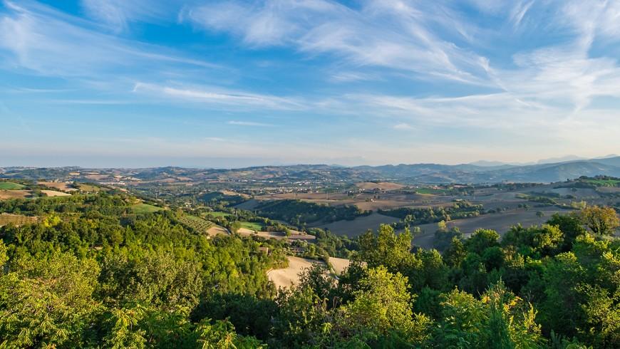 Paisaje alrededor de la Casa Oliva, Albergo Diffuso en un antiguo pueblo en la región de Marche, durmiendo en un pueblo antiguo de Italia