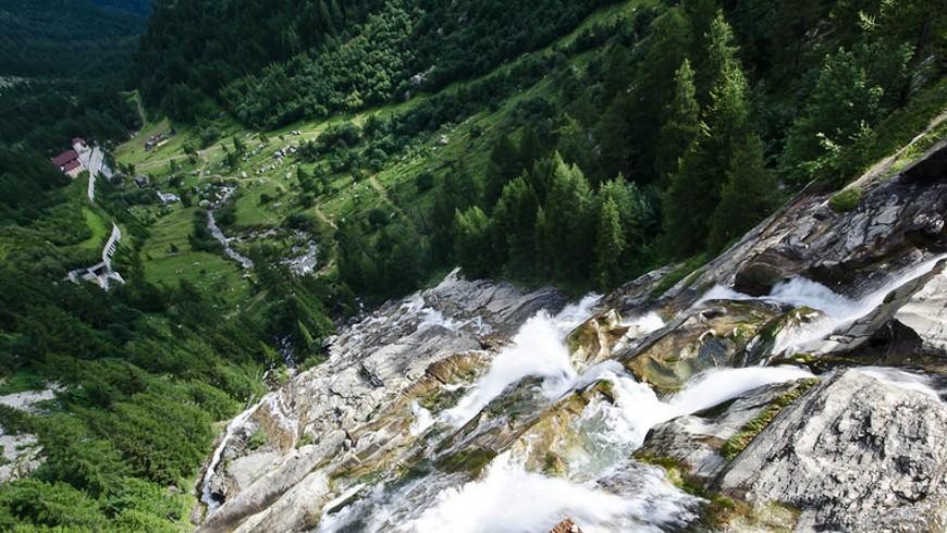Vista superior de las cascadas de Toce en Verbania