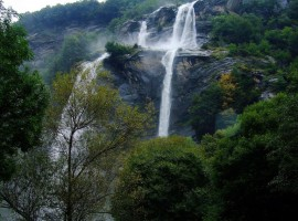 Cascadas de AcquaFraggia en Valchiavenna, Sondrio Italia