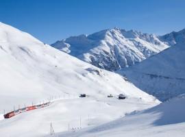 Recorrido del tren Glacier Express en medio de las montañas con nieve