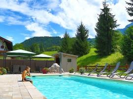 Vistas de la piscina en el exterior de Ferienparadies Alpenglühn en Baviera, Alemania