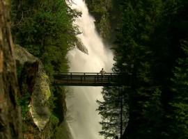 Caída de las aguas de las Cascadas de Riva en Bolzano