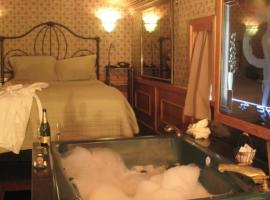 Dormitorio del Featherbed Railroad B&B Resort, California. Los 19 hoteles más extraños del mundo
