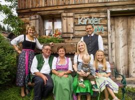 Familia en el exterior de Wanderhotel Gassner – Austria Neukirchen
