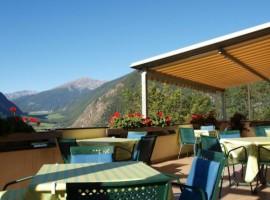 Terraza en el exterior del Hotel Margun, Males, Val Venosta, Italia