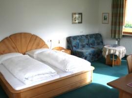 Dormitorio del Hotel Margun, Males, Val Venosta, Italia