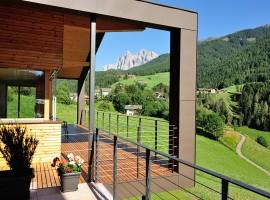 Exterior y vistas de Peterwieshof en Val di Funes, Italia