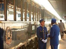 Personal de Orient Express conversando a la afueras del tren