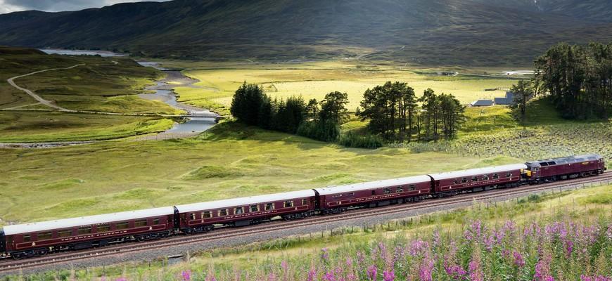 Paisaje natural y el paso del tren Belmont Royal Scotsman