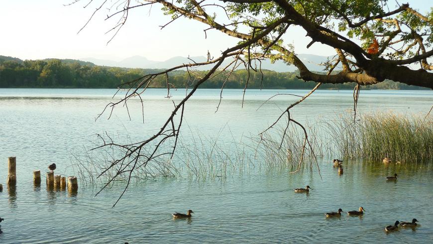 El lago de Bañolas, Girona, España. Fin de semana en la naturaleza: Descubre estos 10 lagos en España