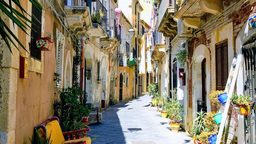 Los callejones en ortigia. Foto de Alfonso Messina Siracusa, a través de Wikimedia Commons.