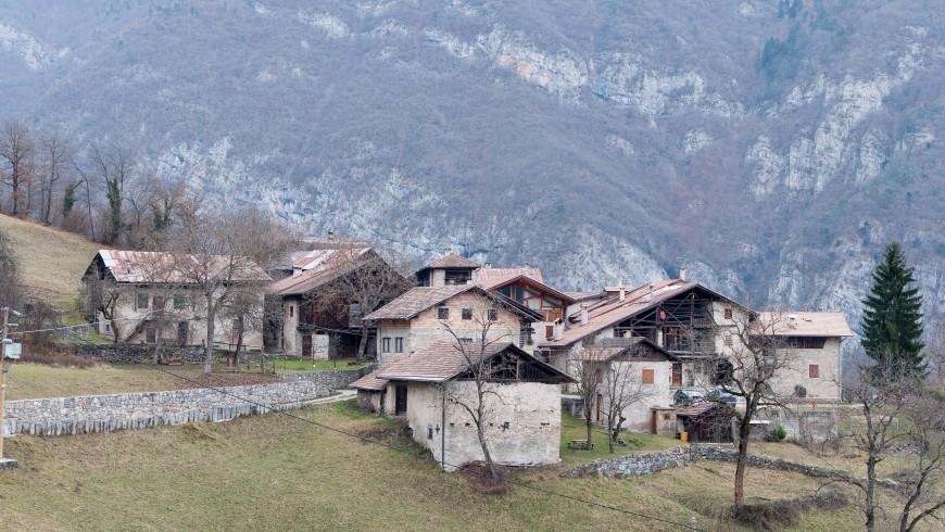 Irone Village con losas rocosas