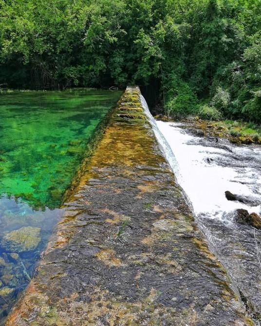 Manantial de agua natural del río Krka