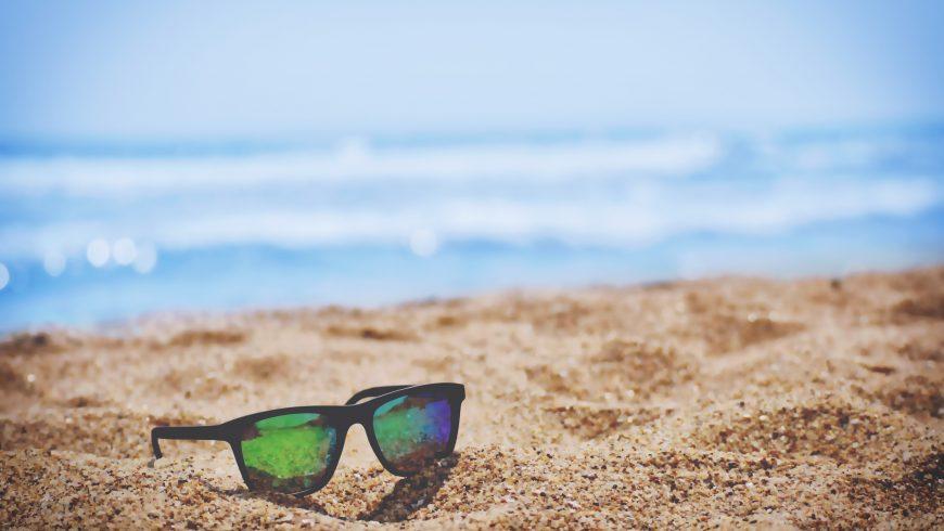 gafas apoyados sobre la arena
