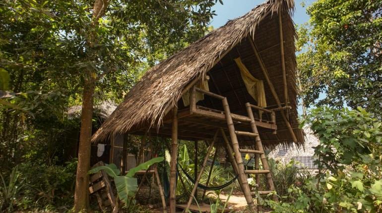 Albergue hecho de madera entre la naturaleza de las Filipinas