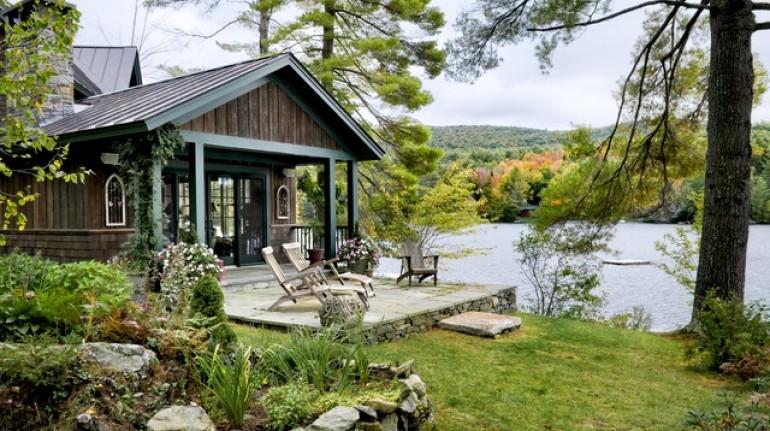 cabaña ecológica frente a un lago en Canadá