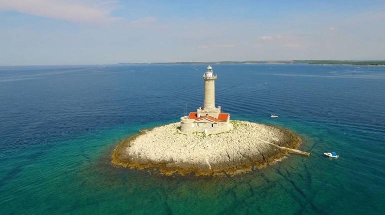Faro en el medio del mar, en Croacia