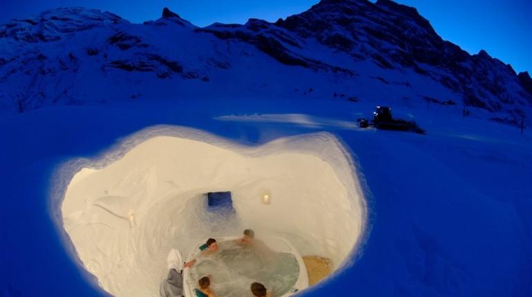 Piscina caliente enclavada en el hielo en Suiza