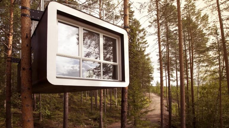 Casa del árbol en un bosque de Suecia